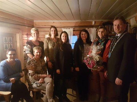 Frå venstre: Ann Iren Haugen, May Britt Eltun, Unni Sandsengen, Ingunn Steile Hovi, Berit Sandved, Synnøve Kvam, Bjørg Marie Hermundstad, ordførar Vidar Eltun. Laila Haugen hadde ikkje høve til å møte