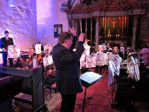 Adventskonsert: Røn Musikklag med dirigent Jan Erik Helleren innleidde den flotte konserten i Slidredomen søndag kveld.