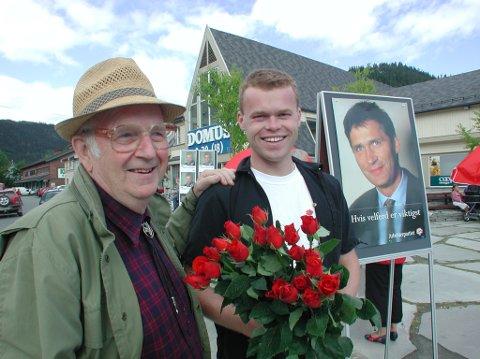 Valgkampopning for Arbeiderpartiet på Fagernes 18. august 2001.  Her er Hovengen avbilda i sin karakteristiske valkamphatt, saman med seinare stortingsrepresentant og Lillehammer-ordførar Espen Johnsen frå Vestre Slidre.