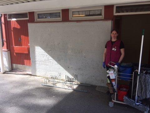 Haldis Sletten er ansatt i Nord-Aurdal kommune. Hun var på plass fredag og rengjorde toalettene som skulle vært brukt kvelden før.