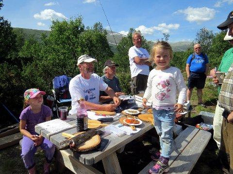 Fisking i Vestre Slidre: Anna Nesbakken på fisking. Nå er det laget en ny fiskeguide for Vestre Slidre.Foto: Svein Erik Ski