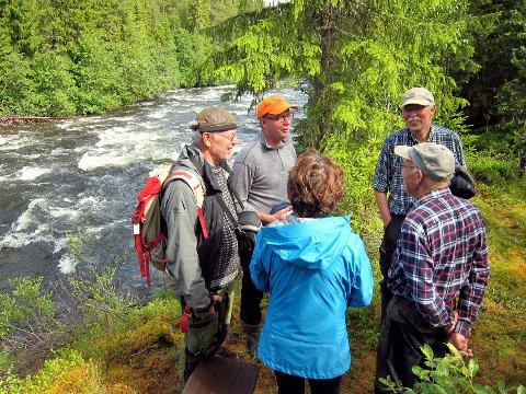 Ved Vinda: Ketil Kjenseth (i oransje lue) i samtale med noen av Vinda-forkjemperne. Nils Dalen (89 år) til høyre.