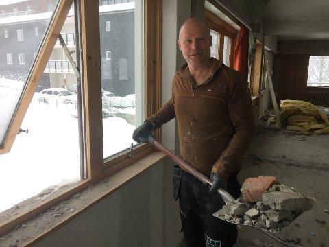 Trond Slette rydder ut av andre etasje for å gjøre klar til leiligheter.