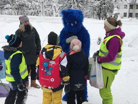Fjellreven Turbo kom på besøk da Barnas Turlag arrangerte akedag i Bagn. *** Local Caption *** DNT Valdres