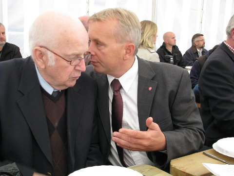 "På besøk: Knut Storberget sammen med Åge Hovengen under et besøk på Slidreøya da Storberget var justisminister. Åge Hovengen var ""Slidreøyas far""."