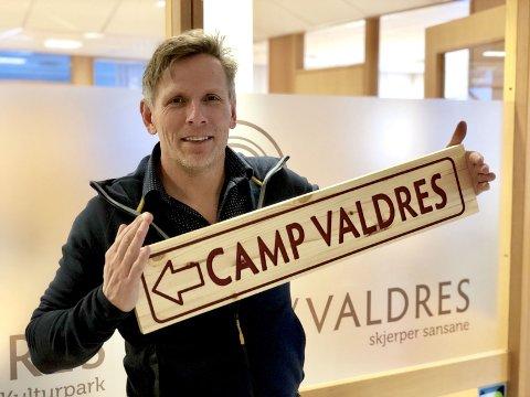 Tar med seg Valdres-effekter og blide fjes: - Camp Valdres skal bli et trivelig sted å svinge innom på stadion, sier Henning Wangsnes.