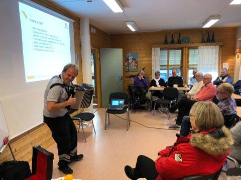 Polka: Kursleder Geir Aage tok også med seg toraderen, og spilte både en reinlender og en polka, til stor glede for deltakerne.