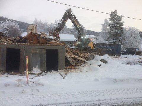 Rivast: Ved Eriksonssaga blir eit bustadhus rive måndag. Det blir laga ny gang- og sykkelveg langs fylkesveg 51.