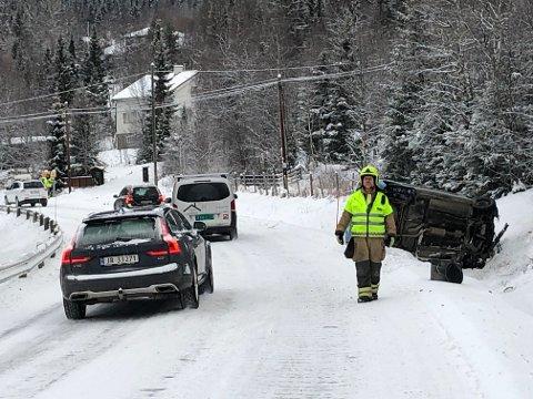 Ulykke: Den ene bilen havnet på siden i grøfta, men sjåføren kom  fra det uten skader.