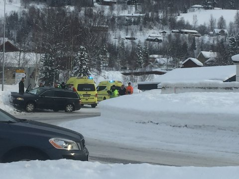 Den sorte stasjonsvognen kom ut av vegen. Bilen er nå berget.