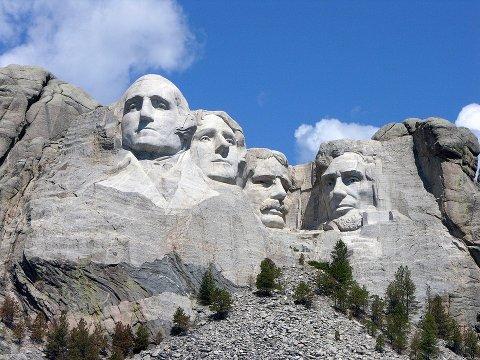 HOGD I FJELL: Mount Rushmore, med de fire presidentene Washington, Jefferson, Roosevelt og Lincoln.