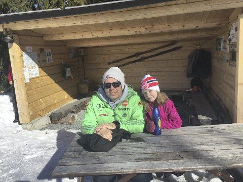 Superflott: – Dette er den mest avanserte gapahuken jeg har sett. Et flott turmål, sier Karl Vegard Andersen fra Lillehammer, som besøker gapahuken sammen med Lotta.