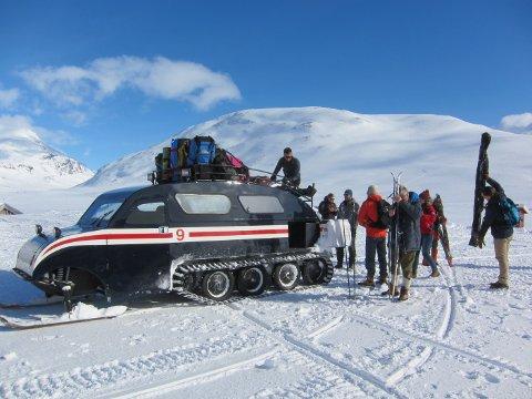 Historie: Bilene utgjør livsnerven for samfunnet på Eidsbugarden i vintersesongen.