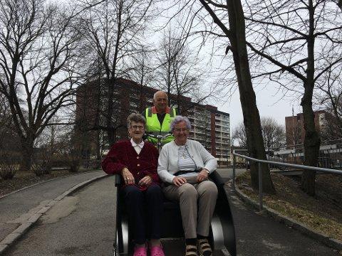 Sjarmør: Synnøve Hansen (80) og Anne Marie Kristensen (93) blir syklet av Harald Øyen.