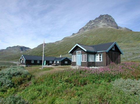 Torfinnsbu: Hytta, med historie attende til 1905, ligg idyllisk til på nordsida av fjellsjøen Bygdin, ved foten av Torfinnstindane.