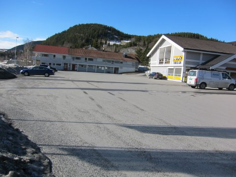 Det er planer om å bygge på 300 m2  i forkant av eksisterende bygg. Foto:Tor Harald Skogheim
