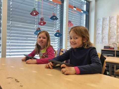 Blide forfattere: Denne uken jobber elevene i 2b på NABS med å lage en bok om sin familie. Alt designes fra bunnen av med et sveip her og et sveip der. Kristine (8) og Mathilde (8) er veldig begeistret for den nye plattformen å lære på.
