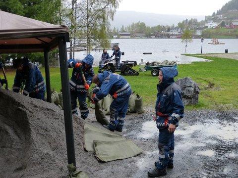 FLOMFARE: I 2013 ble det jobbet iherdig for å unngå flomskader langs Strandefjorden i Fagernes. I år har Nord-Aurdal kommune fått penger til flomsikring av Fylkesmannen i Innlandet.