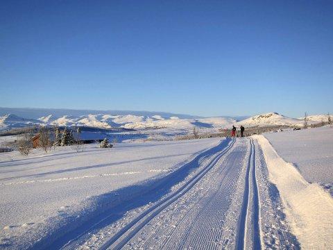 Eventyrleg skivinter: Ved Heimre Kjølastølen, med eineståande utsyn mot fjella både i sør og i vest. Her Bitihødn (t.v.), Kalvehøgdene, Rasletinden og mykje meir.
