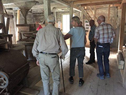 Byr på omvisning: Reidun Dølehuset forteller om de gamle kvernene, og forklarer hvordan det forskjellige utstyret bruktes.