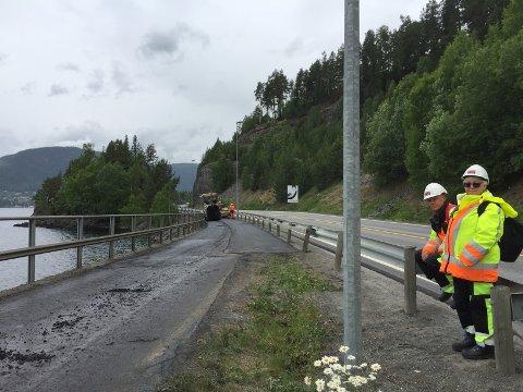Leder deg trygt forbi: Det legges ny asfalt på gangveien mellom Tingnesodden og Leira. Securitaspatruljen leder myke trafikanter trygt forbi.