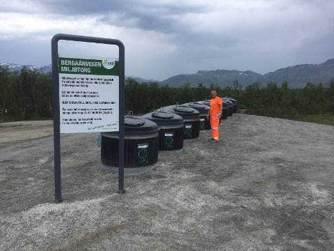 Audun Skrinsrud i VKR ønsker folk velkommen til den nye miljøstasjonen på Beitostølen.