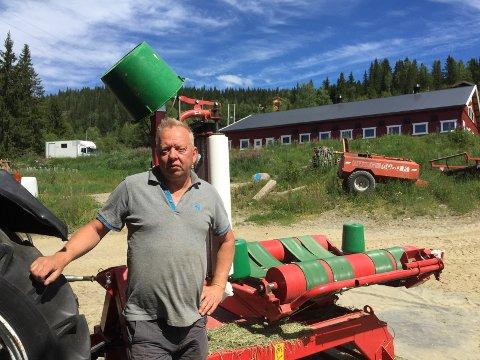 Optimistisk: Gårdbruker i Skrautvål, Audun Bakken, ser ikke annet enn muligheter med gårdsdriften. Faktisk har han så mange ideer og prosjekter at det kun er tiden som setter grenser.