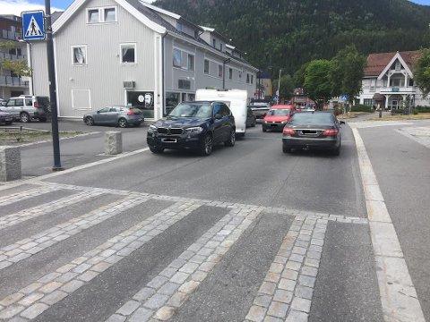 Det er heldigvis ike hver dag noen parkerer slik som denne BMWen med campingvogn.