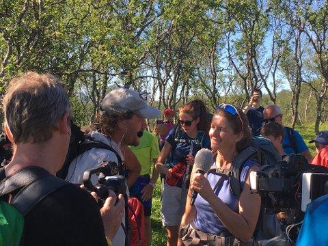 Lars Monsen intervjuer Ragna Renna som har vært frivillighets koordinator for Vesterålen Turlag og Monsen Minutt for Minutt. 27 frivillige deltok for å hjelpe NRK med produksjonen, lage teltleir, og bære utstyr.