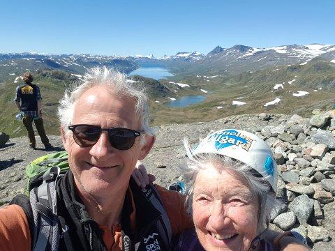 Rekord: Tar Sigrid turen tilbake år etter år, har hun god sjanse til å selv sørge for en økende aldersrekord på Synshorn Via Ferrata. Tor Erik Grønolen til venstre.