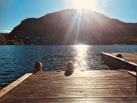 Bading: Det er mange som koser seg i vatnet i Strandefjorden i disse dager.