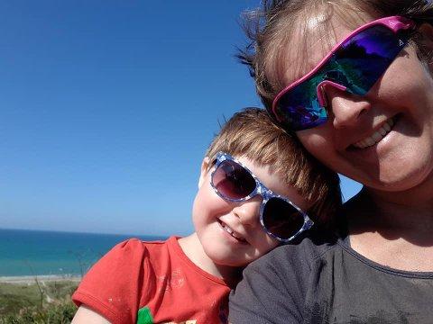 Fikk hjernehinnebetennelse tirsdag: Snart 4 år gamle Siril Ulberg, her sammen med mor Silje før sykdommen), er fortsatt på sykehus, men i klar bedring. Hele familien er lykkelige og takknemlige for fantastisk, faglig hjelp og hyggelig støtte fra hele Valdres.
