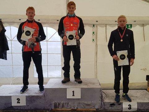 På pallen: Vegard Thon fra Skrautvål IL / Team Valdres Ski vant klassen menn 17 år og ble Østlandsmester lørdag og søndag. Her er han med Christian Thon Christensen fra Skrautvål IL / Team Valdres Ski på andreplass i Østlandsmesterskapet.
