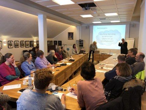"""Ansatte drøfter oppgaver i grupper på samling 29.01.19 med tema """"tidlig og målretta sykefraværsarbeid""""."""
