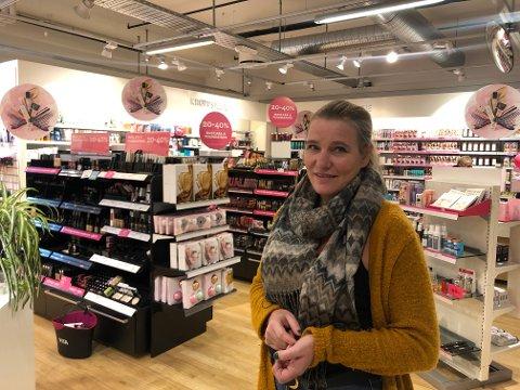Monica Rosendahl er på jobb i dag. Men hun vet ikke om butikken hennes får leve videre under de nye eierne.