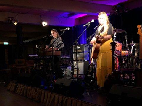 LOKAL MUSIKK: De oppmøtte fikk et gledelig møte med 15 år gamle Ingeborg Onstad fra Øystre Slidre. Ingeborg og Caroline Synvis startet kvelden med å synge 2 sanger av The Beatles før bandet «Synvis» overtok.