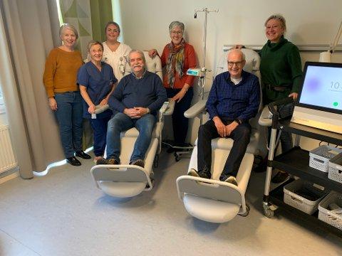 Svein Lappen(sittende til venstre),Ida Målfrid Skrinsrud(stående i midten)og Svein Aure (sittende til høyre)overleverte gaven. Spesialsykepleier Nina Røine(i hvitt), kreftsykepleier Hilda Riddervold(i blått), konstituert avdelingsykepleier ved kreftenheten Gjøvik(helt til venstre)og kreftkoordinator Hege Birketvedt Eklund(helt til høyre) takket begeistret for gaven.
