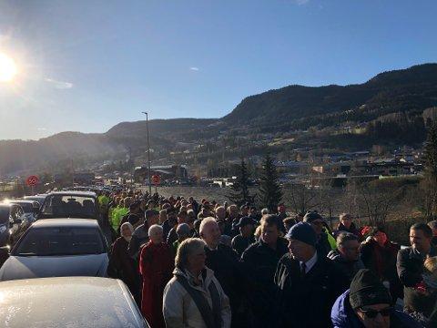 Masse folk og forventningsfull stemning i minuttene før tunnelen ble åpnet og publikum kunne begynne rusleturen innover.