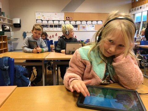 ILLUSTRASJONSFOTO: Førsteklassing ved Vestre Slidre skole, Ida, jobber i programmet Salaby på nettbrettet hun bruker på skolen.