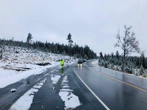 Kø: Politiet opplyser til avisa Valdres at de slipper forbi biler når køene blir lange, men per nå er fylkesveg 51 fortsatt delvis stengt ved Bløytjern. Det pågår undersøkelser ved ulykkesstedet.