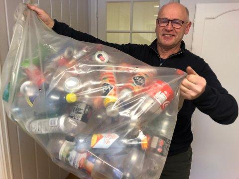 Pant: Håkon Bakkene i Leirin Skiløyper oppfordrer folk til å legge panteflaskene sine i kontainerne til løypelaget.