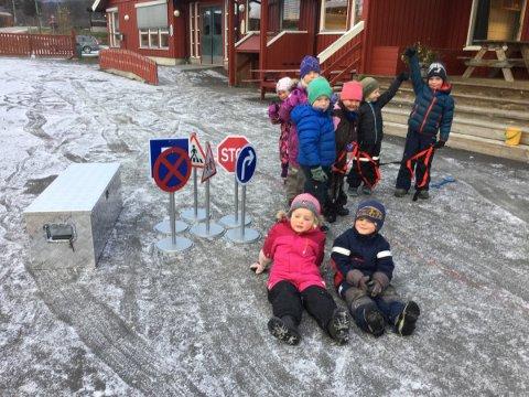 TAKKSAME: Barna i Slidre barnehage har fått nye trafikkskilt, turtau, og utstyrskasser, takket vere ei pengegåve frå Vestre Slidre sanitetsforeining.