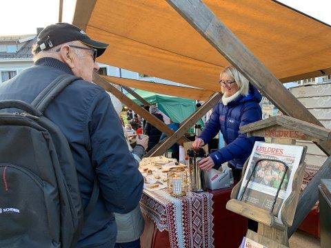 STÅR PÅ STAND: Heidi Duvrud deler ut kaffe og kringle til alle som kommer innom.