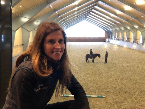 Mye besøk: Grete Hedalen forteller at stadig flere oppsøker hestesenteret for å oppleve glede, mestring og gode opplevelser, alene eller sammen med hele familien.