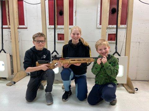 Dennis Kjensrud (14), Line Kjensrud (17) og Ørjan Engen (8) viser frem den nye «BB» ungdomsrifla.