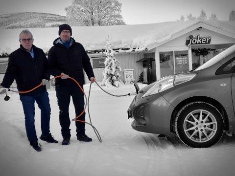 LADEGREP:Til våren kan du velge mellom fire ladepunkter hos Joker Hedalen. Tor Ingar Nordby (Joker Hedalen) og el-biltentusiast Anders Haugen er svært fornøyd. Foto:Arne Heimestøl