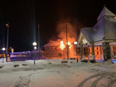 Brann: – Jeg skulle til å begynne å ringe for å varsle, da så jeg første brannbil ankomme, forteller Kim Daniel Vorpvik som jobber på hotellet som ligger helt inntil Tasty House