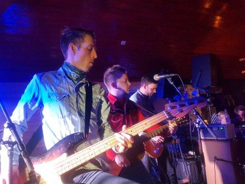 GJENOPPSTÅR: Strandingarna gir ut ny musikk i dag, 23. desember. I romjula står de på scenen på sin lokale kneipe, Nabo Bar.