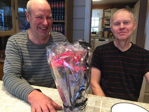 På jobb: Gjermund Myrvang (t.v.) fikk hjelp av Tor Helge Hesjadalen i Haugrudbygda.