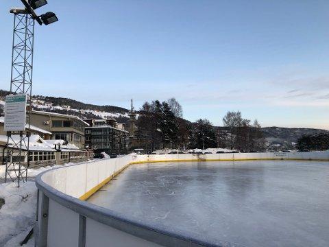 Isflate: Fagernes IL hockey med frivillige krefter står på hver vinter for å rigge opp og ned hockeybanen, sammen med vatning og brøyting.